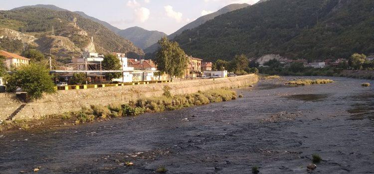 град Кричим, разположен от двете страни на река Въча