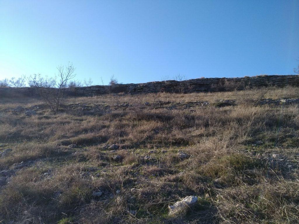 Гарга баир - скален венец на върха